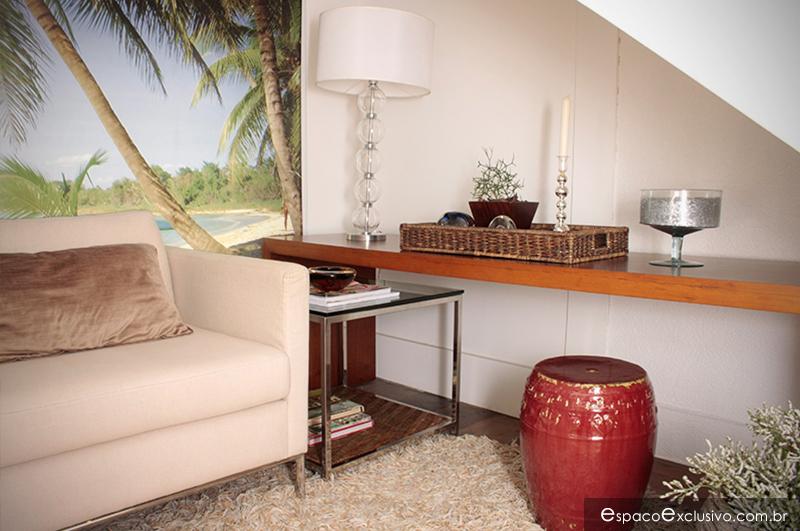 Sala de leitura ambientado com Poltrona Santorini, mesa de apoio Orion, aparador Bridge e garden seat vermelho.