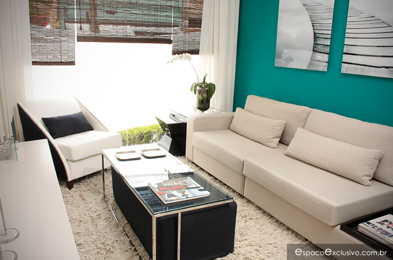 Sala de Home ambientada com Sofá modular, mesa de centro Anne e puff estofado, Poltrona Chanel e Rack Fendi.