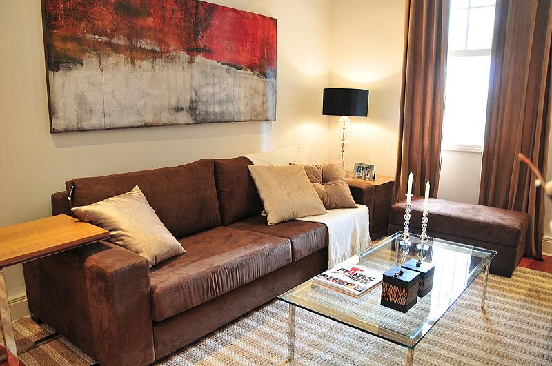 Ambiente decorado exclusivo:  sala de estar com aparador, pufe, sofa, rack, poltrona, mesa de centro, mesa lateral e muito mais.