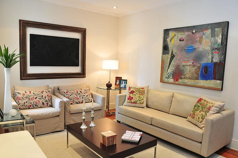 Decoração de uma sala de estar. Ambiente planejado: Aparador, sofa, rack, poltrona, mesa de centro e mesa lateral.