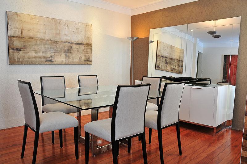 Combinação perfeita para uma sala de jantar. Buffet, mesas e cadeiras, tudo sob medida para atender suas necessidades.