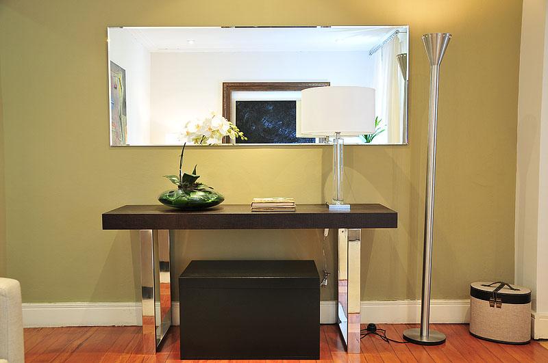 Todos ambientes são planejados: combinação perfeita para o Hall com aparador e pufe.
