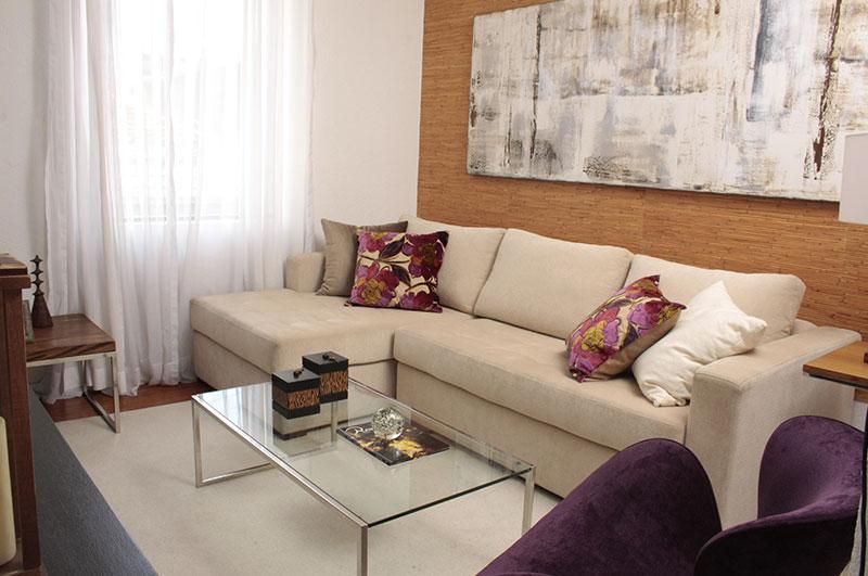 Sala de Home composto de sofá com chaise e mesa de centro e aço inox.