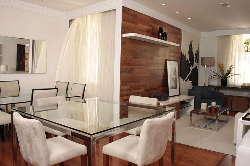 Loft integrado com sala de estar e jantar.
