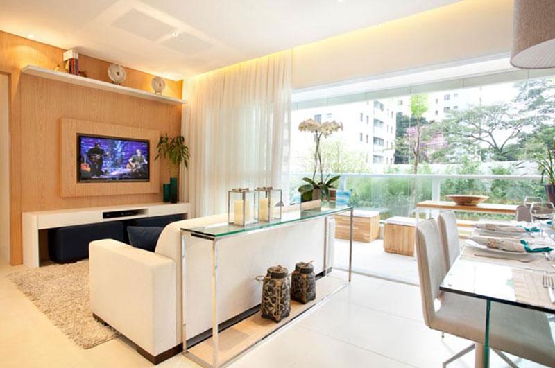 Sala de TV integrada com varanda e sala de jantar.