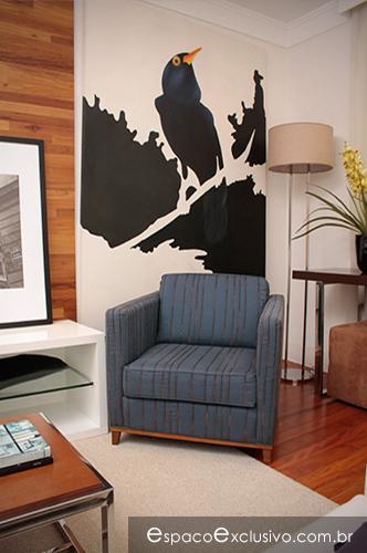 Sala com poltrona Slim e destaque para o quadro Pássaro.